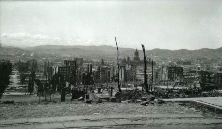Vue prise depuis California et Mason Streets, sur Nob Hill : les décombres du quartier des hôtels de luxe, l'hôtel de ville, et ce qui reste de Mission District, le quartier le plus ancien de la ville.