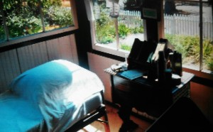 La petite pièce où Jack London écrivait la nuit (il n'avait besoin que de très peu d'heures de sommeil).